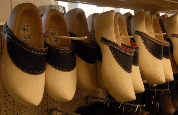 Wir führen Jacken, Hosen, Schuhe, Stiefel und Schutzkleidung von verschiedenen Herstellern.